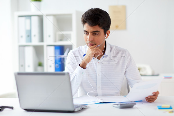 üzletember fülhallgató dolgozik iroda üzletemberek papírok Stock fotó © dolgachov