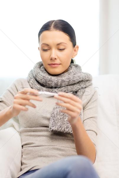 Enfermo mujer gripe casa mirando termómetro Foto stock © dolgachov