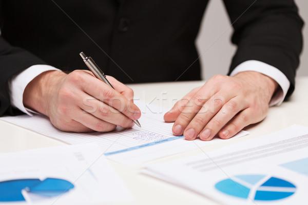 Közelkép üzletember papírok üzlet iroda férfi Stock fotó © dolgachov