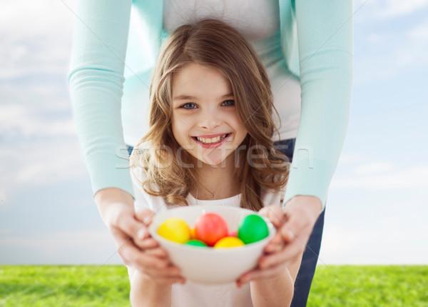 Souriant fille mère oeufs colorés Pâques Photo stock © dolgachov