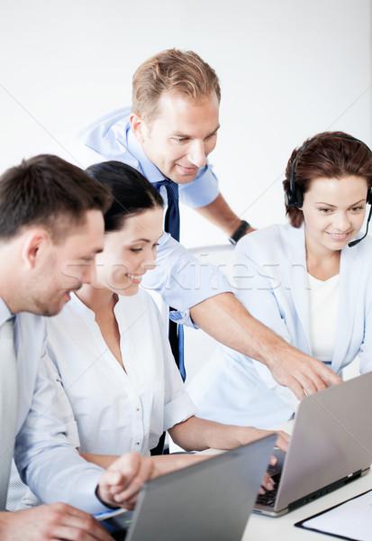Foto stock: Grupo · de · personas · de · trabajo · centro · de · llamadas · negocios · Foto · oficina