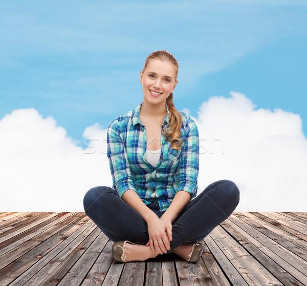 Jonge vrouw toevallig kleding vergadering vloer geluk Stockfoto © dolgachov