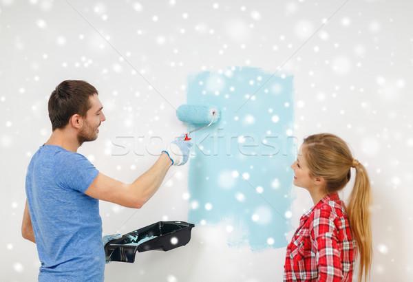 Glimlachend paar rollen dienblad schilderij muur Stockfoto © dolgachov