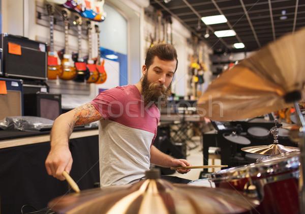 Férfi zenész játszik zene bolt vásár Stock fotó © dolgachov