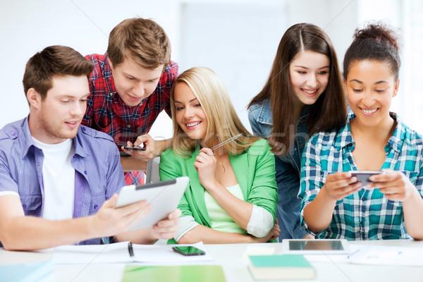 Foto d'archivio: Studenti · guardando · smartphone · istruzione · tecnologia