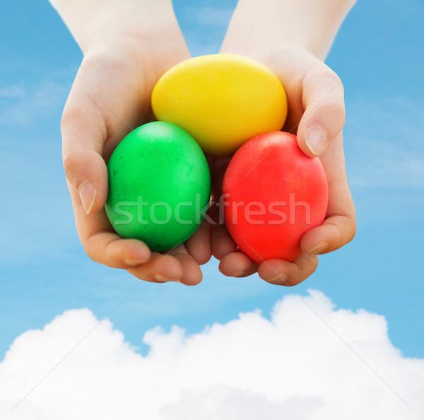 Kid handen gekleurde eieren Pasen Stockfoto © dolgachov