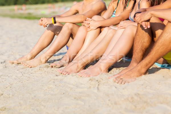 Közelkép barátok ül nyár tengerpart barátság Stock fotó © dolgachov