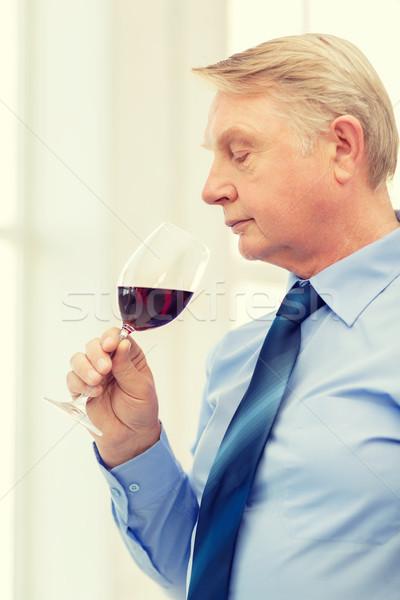Idősebb férfi vörösbor alkohol ital kéz Stock fotó © dolgachov