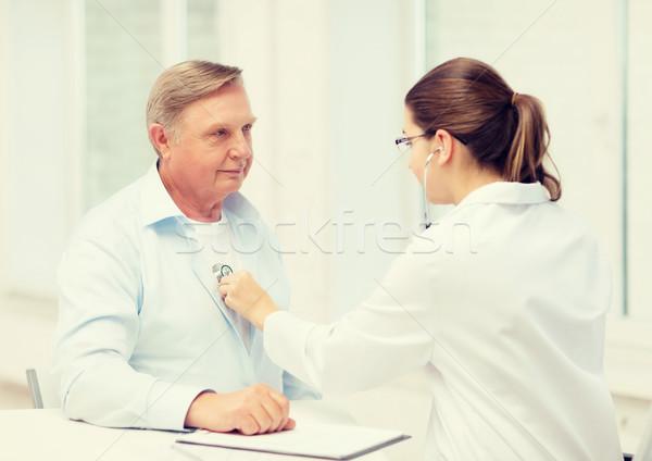 Feminino médico velho escuta batimento cardíaco saúde Foto stock © dolgachov