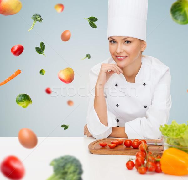 Foto stock: Sorridente · feminino · chef · legumes · cozinhar · comida