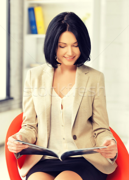 üzletasszony magazin kép vonzó nő munka Stock fotó © dolgachov