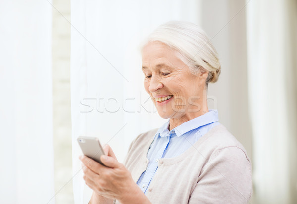 Idős nő okostelefon sms chat otthon technológia Stock fotó © dolgachov