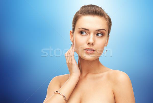 Femeie aur cercei bratara albastru frumuseţe Imagine de stoc © dolgachov