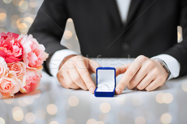 Homme coffret cadeau bague de fiançailles personnes vacances Photo stock © dolgachov