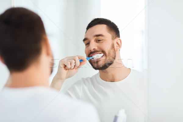 Foto stock: Homem · escova · de · dentes · limpeza · dentes · banheiro