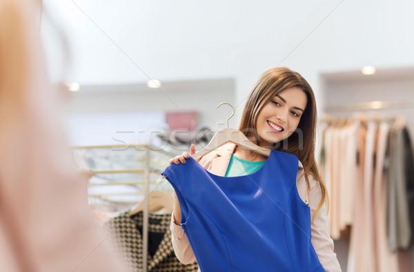 Gelukkig vrouw kleding kleding store spiegel Stockfoto © dolgachov