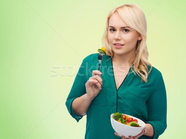 Sonriendo comer vegetales ensalada alimentación saludable Foto stock © dolgachov