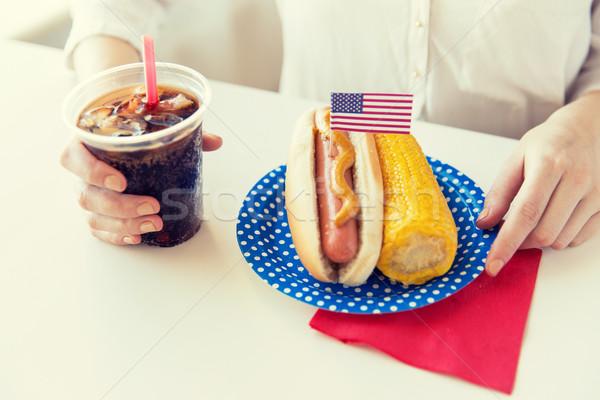 Kobieta jedzenie hot dog cola amerykański Zdjęcia stock © dolgachov