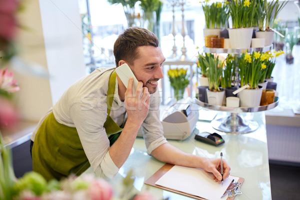 Zdjęcia stock: Człowiek · smartphone · zauważa · kwiaciarnia · ludzi