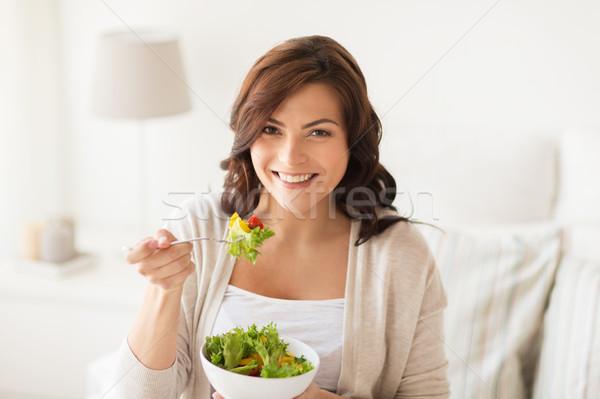 Sonriendo comer ensalada casa alimentación saludable Foto stock © dolgachov