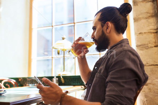 Stock foto: Mann · Smartphone · trinken · Bier · bar · Veröffentlichung