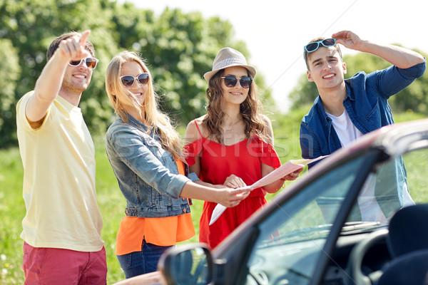 Szczęśliwy znajomych jazdy kabriolet samochodu wypoczynku Zdjęcia stock © dolgachov