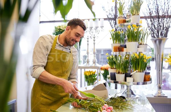 Mosolyog virágárus férfi készít köteg virágüzlet Stock fotó © dolgachov