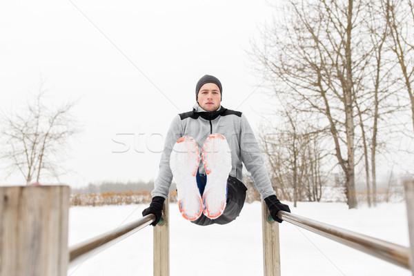 Młody człowiek równolegle bary zimą fitness Zdjęcia stock © dolgachov