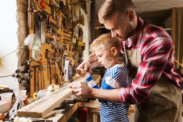 Baba oğul çekiç çalışma atölye aile marangozluk Stok fotoğraf © dolgachov