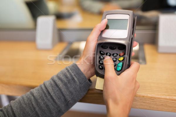 Mano pin código tarjeta lector financiar Foto stock © dolgachov