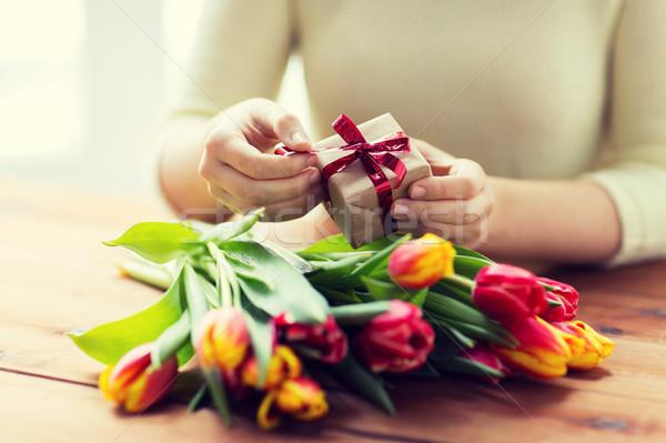 Femme coffret cadeau tulipe fleurs personnes Photo stock © dolgachov