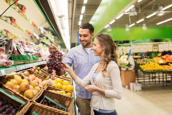 Boldog pár vásárol szőlő élelmiszerbolt vásárlás Stock fotó © dolgachov