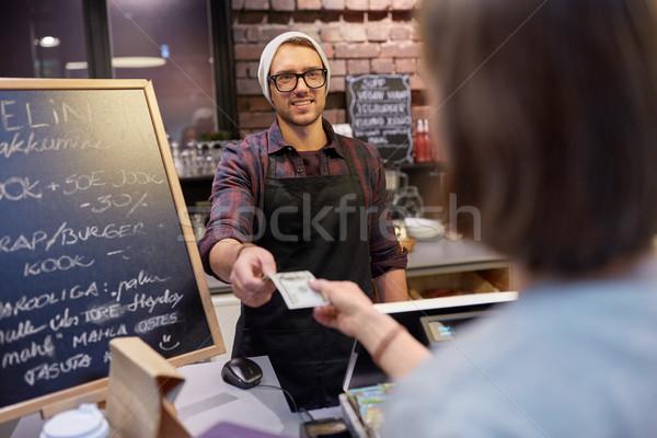 Boldog csapos nő fizet pénz kávézó Stock fotó © dolgachov