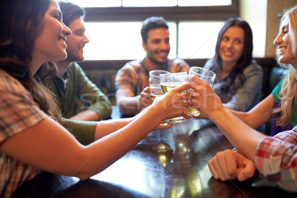 Gelukkig vrienden drinken bier bar pub Stockfoto © dolgachov