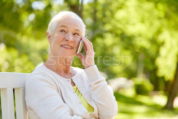 Gelukkig senior vrouw roepen smartphone zomer Stockfoto © dolgachov