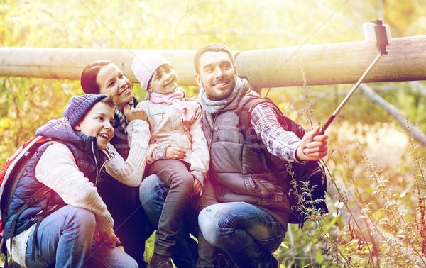 счастливая семья смартфон Stick лесу путешествия туризма Сток-фото © dolgachov