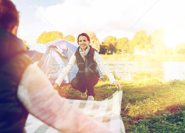Gelukkig paar picknickdeken camping reizen toerisme Stockfoto © dolgachov