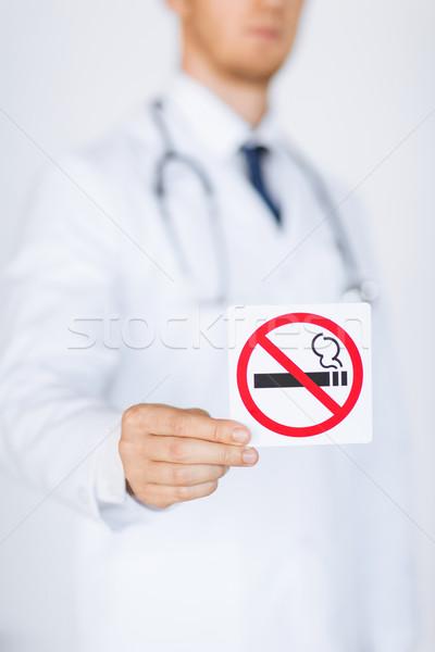 Férfi orvos tart dohányozni tilos felirat közelkép orvos Stock fotó © dolgachov