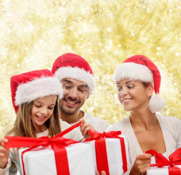 Mutlu aile yardımcı hediye kutuları aile Stok fotoğraf © dolgachov