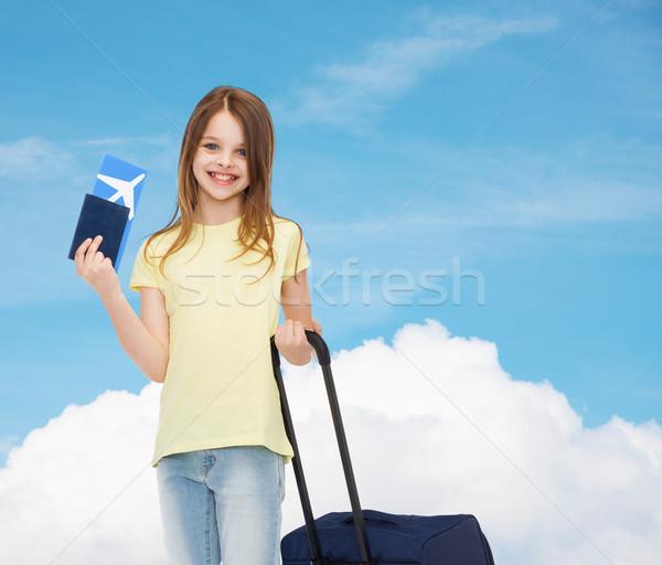 Sorridente menina mala bilhete passaporte viajar Foto stock © dolgachov