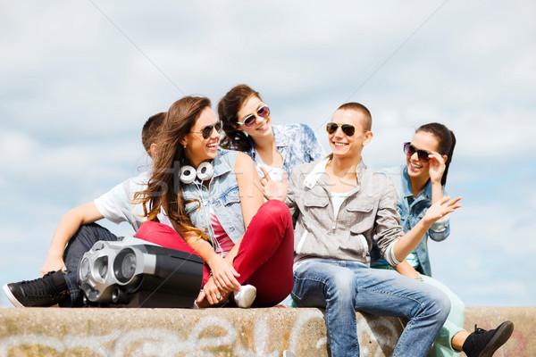Csoport tinédzserek akasztás ki nyár ünnepek Stock fotó © dolgachov