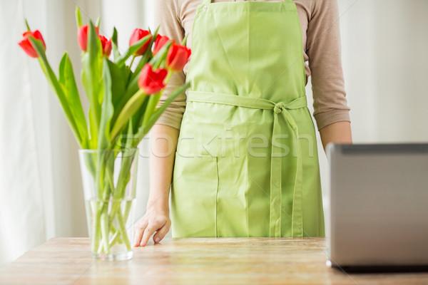 Frau Tulpen Vase Laptop Menschen Stock foto © dolgachov