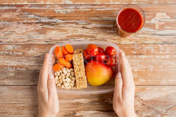 Közelkép kezek vegetáriánus étel doboz egészséges étkezés diétázás Stock fotó © dolgachov