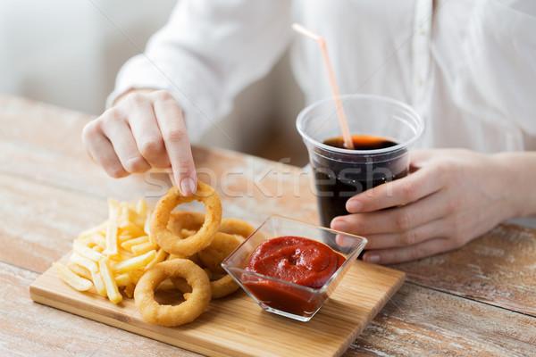 Kadın fast-food insanlar sağlıksız beslenme Stok fotoğraf © dolgachov