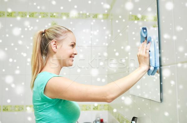 Feliz mulher limpeza espelho trapo pessoas Foto stock © dolgachov