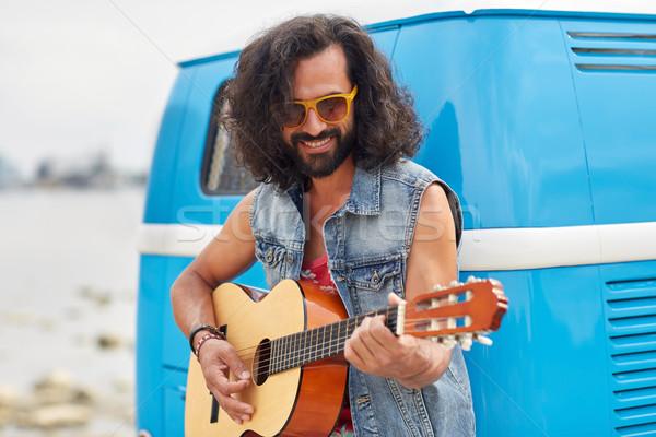 Hippie homme jouer guitare voiture Photo stock © dolgachov