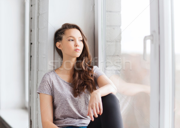 Stockfoto: Triest · mooie · tienermeisje · vergadering · vensterbank · mensen