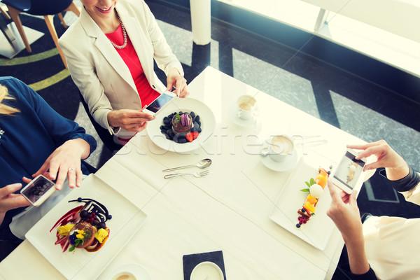 Mujeres alimentos smartphones personas vacaciones Foto stock © dolgachov