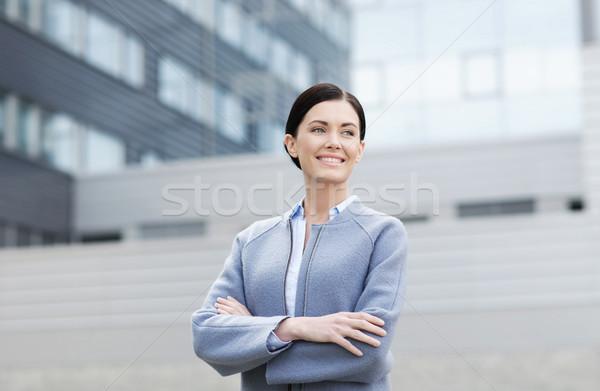 Jovem sorridente empresária prédio comercial pessoas de negócios mulher Foto stock © dolgachov