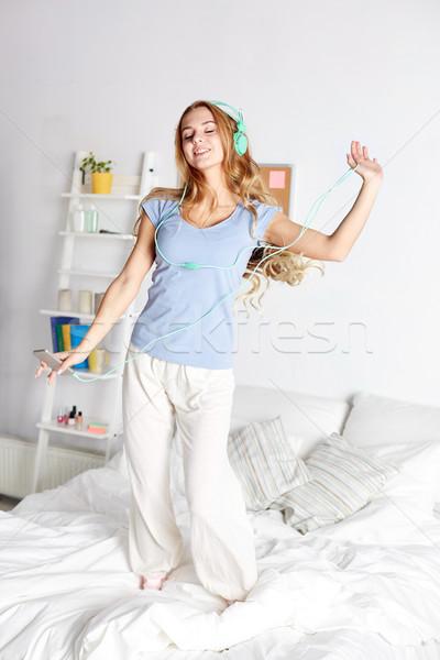 Feliz mulher fones de ouvido diversão casa pessoas Foto stock © dolgachov